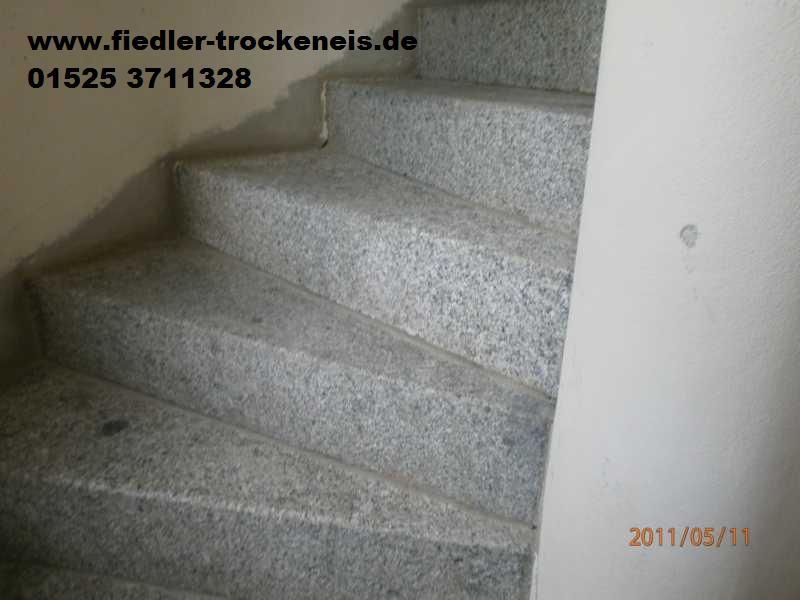 trockeneisstrahlen einer treppe aus granit. Black Bedroom Furniture Sets. Home Design Ideas